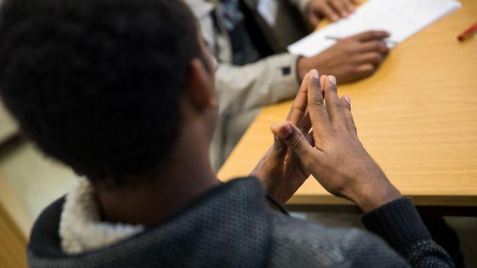 Um zu entscheiden, ob ein Asylbewerber in Deutschland bleiben darf oder nicht, muss das zuständige Amt auch wissen, woher der Flüchtling stammt. Dabei soll nun eine Software helfen.