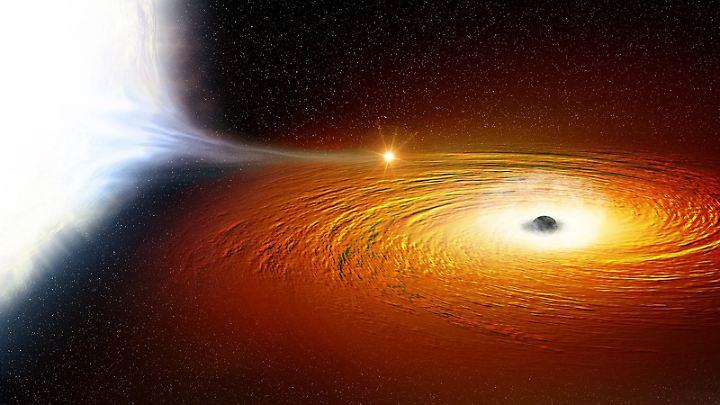 Computergrafik eines Weißen Zwergs (l.) in der Umlaufbahn um ein Schwarzes Loch. Er kommt ihm so nah, dass ein Großteil seiner Materie weggezogen wird.