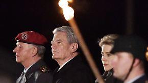 Über sieben Brücken: Gauck tritt mit Großem Zapfenstreich ab