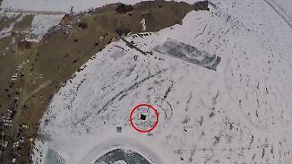 Neues aus der Welt des Sports: Fallschirmspringer stürzt sich in Eisloch