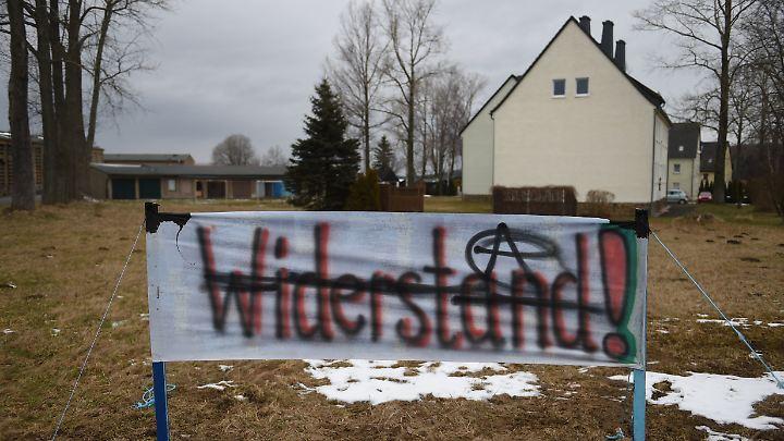 Schon vor dem Einzug der Geflüchteten wurden Banner vor der Unterkunft aufgebaut.