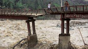Heftige Überschwemmungen: Schlammmassen in Peru reißen alles mit sich
