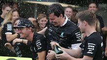 Toto Wolff (M.) hat mit Nico Rosberg dessen WM-Titel gefeiert - jetzt folgt eine Ära ohne ihn.
