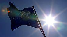 Die Nato-Flagge weht bei Sonnenschein vor dem Hauptquartier des Bündnisses in Brüssel.