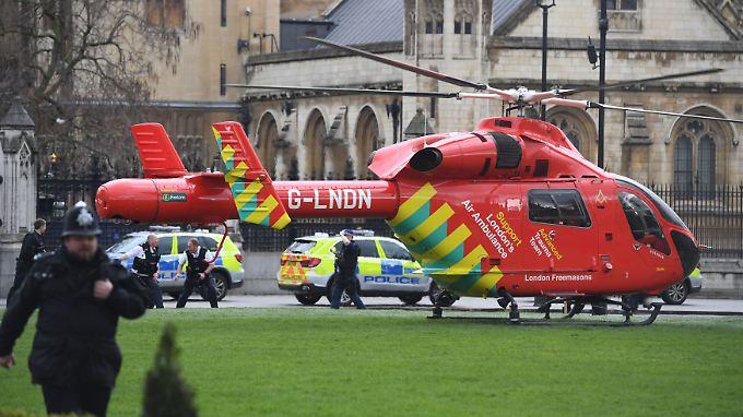 Inzwischen hat die britische Polizei den Mann, der bei einem Terroranschlag in London drei Menschen tötete und 40 weitere verletzte, als Khalid Masood identifiziert.