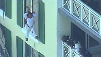 Rettung nach einer Stunde: Maler hängt in Höhe des 12. Stockwerks in der Luft