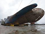 Das Wrack wiegt 6800 Tonnen. Aus gut 40 Metern Tiefe wurde es nach oben gezogen.