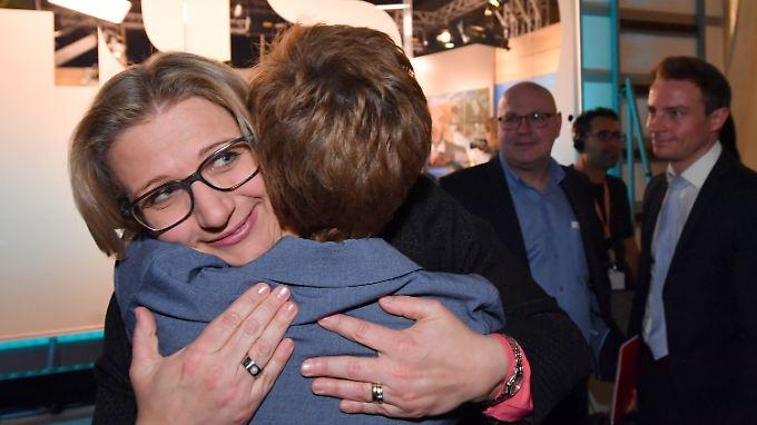 Wahlverliererin Anke Rehlinger von der SPD (l.) umarmt die Wahlsiegerin Annegret Kramp-Karrenbauer von der CDU.