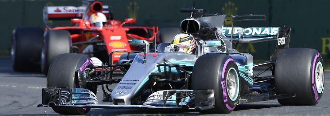 Nach dem Start führt Hamilton, aber Vettel bleibt ihm auf den Fersen.