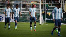 Schleichen mit hängenden Köpfen vom Platz: die Argentinier