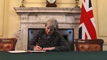 """Theresa May hat den Brexit-Brief unterschrieben. Nun kommt in den nächsten zwei Jahren die """"Mutter aller Verhandlungen""""."""