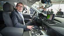 Bundesverkehrsminister Alexander Dobrindt (CSU) testet am 10.04.2015 in Ingolstadt einen selbstfahrenden Audi A7.