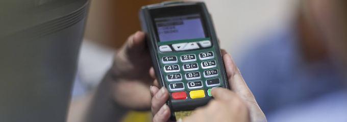 Beim Bezahlen sollten Verbraucher wachsam sein.