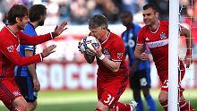 Küsste erst den Ball und bedankte sich dann artig bei seinem Flankengeber: Bastian Schweinsteiger feierte ein gelungenes Debüt.