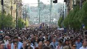 Rund 10.000 Studenten, Lehrkräfte und Unterstützer demonstrierten für den Erhalt der Universität.