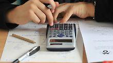 Der Taschenrechner gehört zu den umstrittenen Hilfsmitteln im Mathe-Unterricht.
