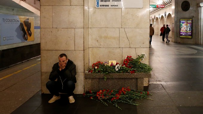 Ein Mann trauert am Anschlagsort in St. Petersburg um die Opfer.
