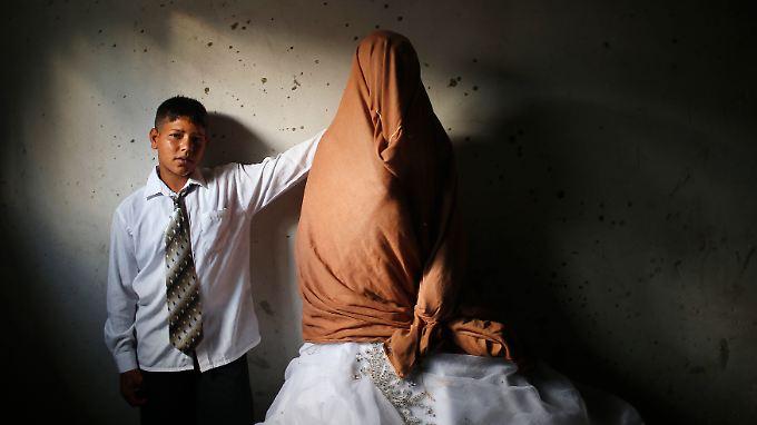 Ein 15-Jähriger mit seiner 14 Jahre alten, verschleierten Braut im nördlichen Gazastreifen.