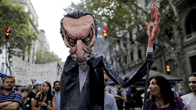 Anti-Regierungsproteste vergangene Woche - mit Präsident Mauricio Macri als Vampir, der Argentinien das Leben aussaugt.