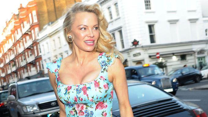 Pamela Anderson beweist mal wieder Pin-up-Qualitäten. Außerdem plaudert sie über Julian Assange.