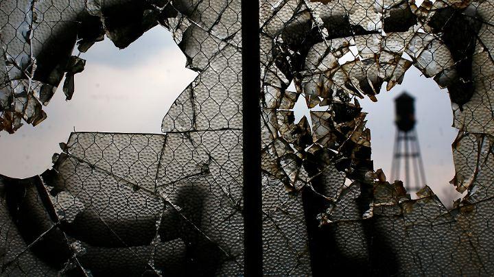 Kaputte Fenster in einer verlassenen Fabrik von Packard Motor Car in Detroit. Im Mittleren Westen der USA liegt der sogenannte Rostgürtel.