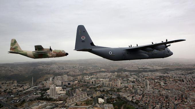 Die deutsch-französische Fliegerstaffel soll aus C-130-Transportflugzeugen des Herstellers Lockheed Martin (Flugzeugtyp hier links im Bild) bestehen.