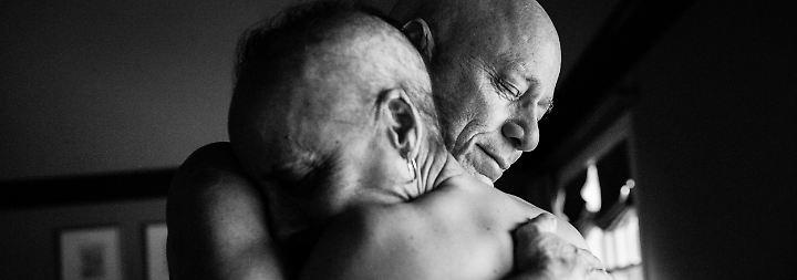 Beide hörten auf zu arbeiten. Die Krankheit konnte ihrer Liebe nichts anhaben.