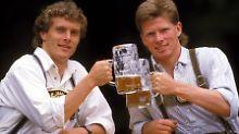Fesch, der Stefan Reuter (r.) - hier mit seinem Bayern-Kollegen Roland Grahammer. Kein Wunder, dass er massenweise Fanpost erhielt - oder?
