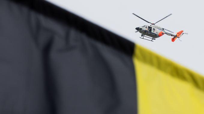 Ein Polizeihubschrauber kreist über dem Hotel, in dessen Nähe sich der Anschlag ereignete. Im Vordergrund eine BVB-Fahne.