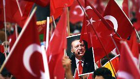 Nazivergleiche, verbotener Wahlkampf: Deutschtürken entzweien sich über Erdogan