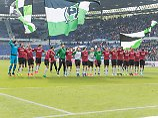 Den Rivalen aus Braunschweig besiegt und den Aufstieg im Visier - die Hannoveraner feiern ihren Sieg.