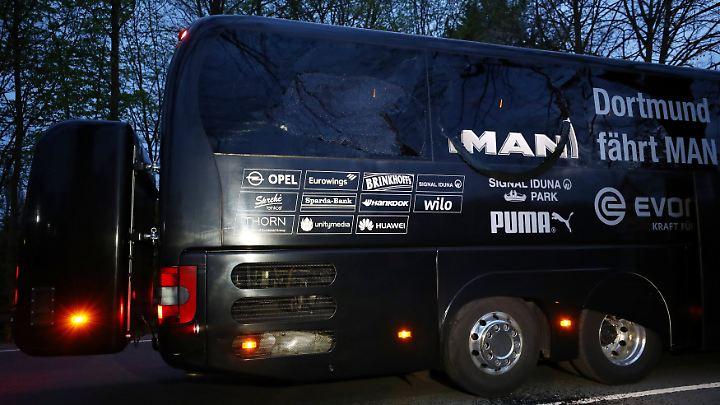Durch den Anschlag gingen im Heck des Dortmunder Busses mehrere Scheiben zu Bruch.