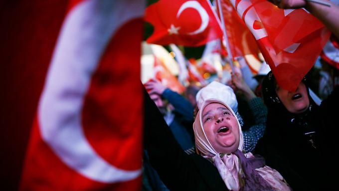 Anhänger des türkischen Präsidenten Erdogan feiern den Wahlsieg.