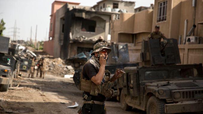 Ein irakischer Soldat spricht in ein Funkgerät.