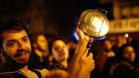 Protest mit Kochtöpfen in Istanbul.
