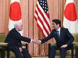 Mike Pence sichert Shinzo Abe die Hilfe der USA im Nordkorea-Konflikt zu.