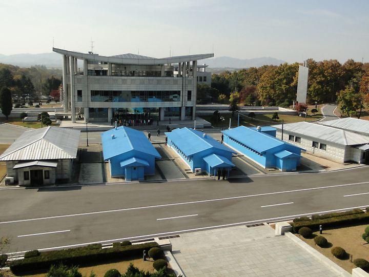 In Panmunjeon in der Demilitarisierten Zone stehen sich die Soldaten Nord- und Südkoreas gegenüber - für Touristen ein bizarres Schauspiel.