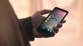 Im Video wird das namenlose HTC-Phone durch Wischen und Tippen am Rahmen bedient.