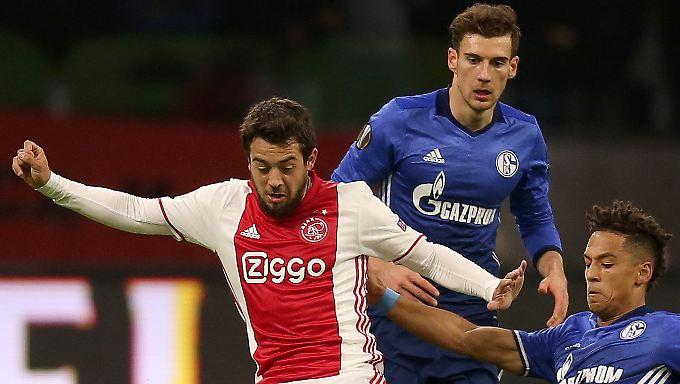 Dribbeln kann er: Amin Younes, hier im Hinspiel mit den Schalkern Leon Goretzka und Thilo Kehrer.