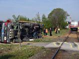 14 Verletzte nach Kollision: Regionalzug rammt Lkw bei Bergheim