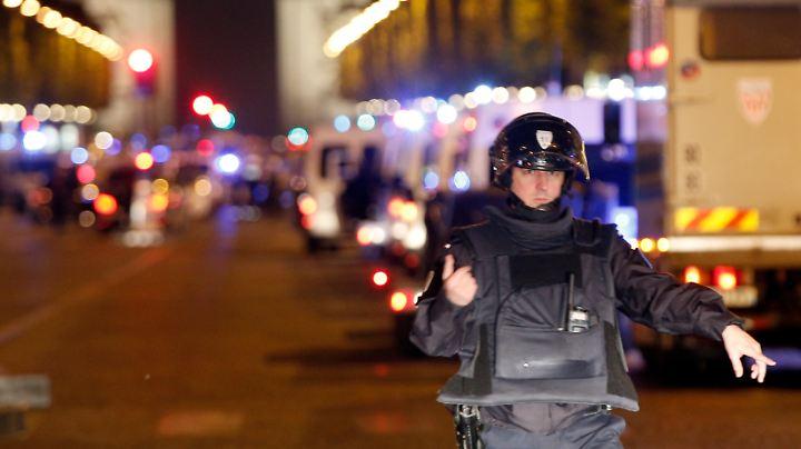 Die französische Polizei hat ein Großaufgebot rund um die Champs-Élysées aufgefahren.