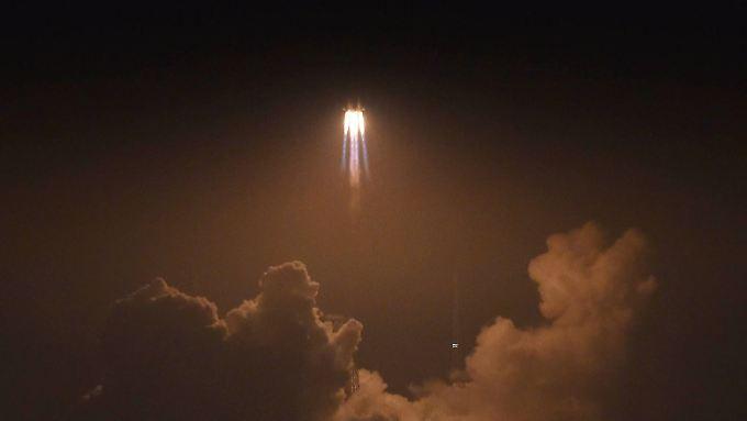 Geht alles weiter nach Plan, wird der Raumfrachter Material liefern und Treibstoff nachfüllen.