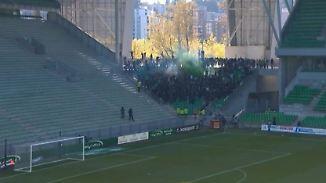 Bengalos statt leere Ränge: Ultras stürmen Geisterspiel in Saint-Etienne