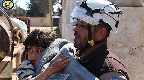 """Retter der """"Syria Civil Defence"""", der sogenannten Weißhelme, im Einsatz."""