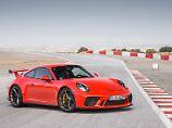 Porsche hat den GT3 geliftet und dem Puristen auch wieder ein manuelles Getriebe gegeben.