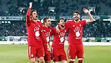 So schlecht gelaunt sehen sie doch gar nicht aus: Thomas Müller, Philipp Lahm, Juan Bernat und Javier Martínez in Wolfsburg.