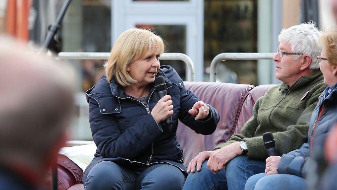 Wahlkampf liegt Hannelore Kraft: die Ministerpräsidentin im Gespräch mit Wählern auf dem roten Sofa in Bünde.