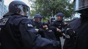 Gewalt bei Maidemos: Polizei nimmt linke und rechte Randalierer fest