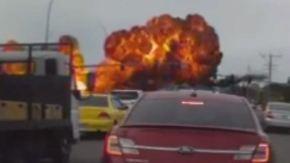 Kleinstadt entgeht knapp der Katastrophe: Flugzeug stürzt auf vielbefahrene Kreuzung