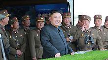 Nordkoreas Herrscher Kim, umringt von Militärs.